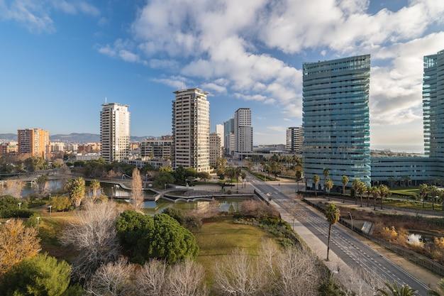 バルセロナカタロニアスペインの近代的な建物と斜めの3月の公共公園の概要