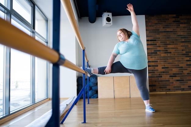 ダンスクラスの太りすぎのバレリーナ