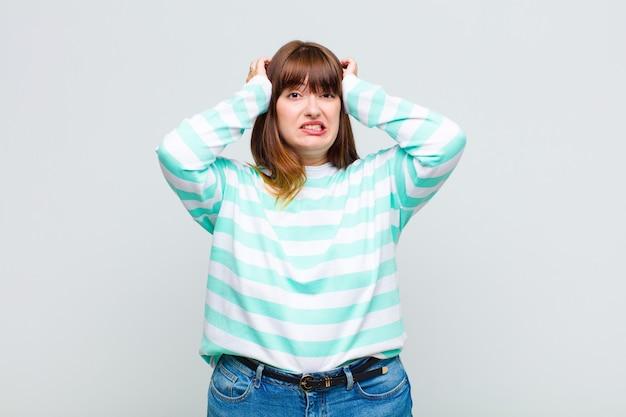 과체중 여성은 좌절감과 짜증이 나고, 실패에 지 쳤고, 지루하고 지루한 작업에 지쳐 있습니다.