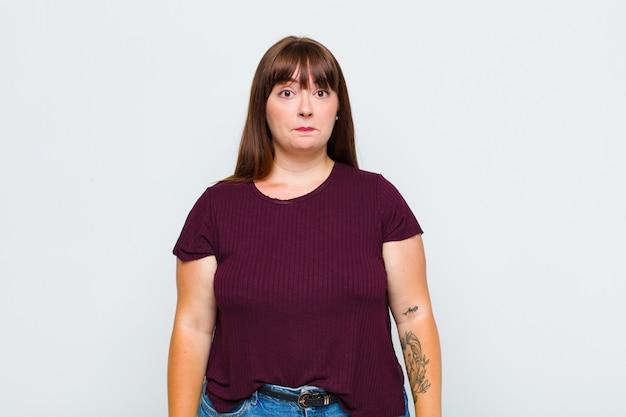 Женщина с избыточным весом, грустная и напряженная, расстроенная из-за неприятного сюрприза, с негативным, тревожным взглядом