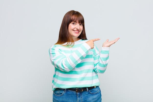 과체중 여성 미소, 행복, 평온하고 만족, 개념 또는 아이디어를 가리키는 측면 복사 공간