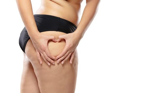 뚱뚱한 셀룰 라이트 다리와 엉덩이를 가진 과체중 여성, 검은 색 속옷에 비만 여성의 몸