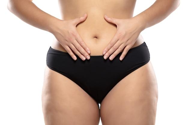 Полная женщина с жирными ногами целлюлита и ожирением ягодиц женского тела в черном нижнем белье