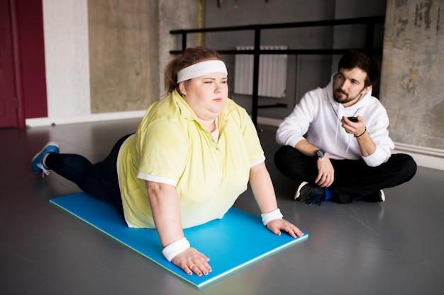 スポーツをやっている太りすぎの若い女性