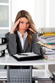 Ошеломленная женщина в офисе