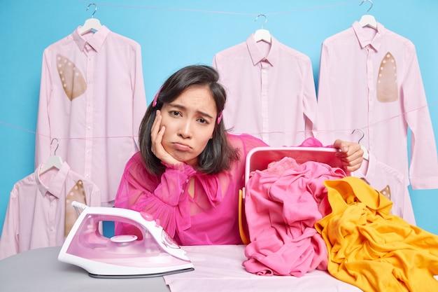 働き過ぎのアジアの女性は悲しそうに見ています
