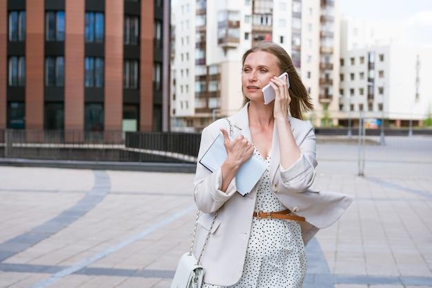 과로 비즈니스 우먼 멀티태스킹 비즈니스 우먼 가벼운 재킷 ne에 휴대 전화에 얘기 ...