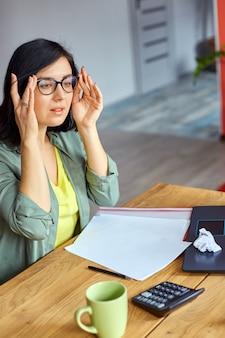집에서 컴퓨터를 사용한 후 눈의 피로를 느끼는 과로 여성