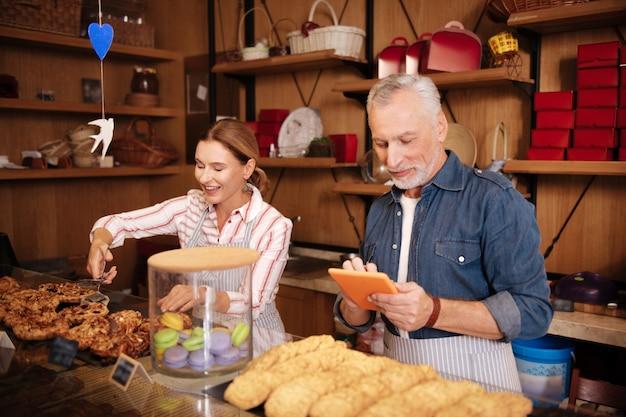자신의 빵집. 아침에 자신의 빵집에서 열심히 일하는 성공적인 사업가의 커플