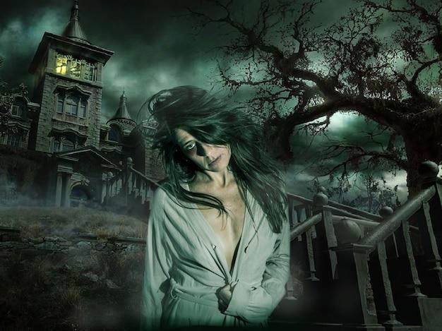 Собственная сцена хэллоуина женщина, похожая на зомби, выходит из тьмы ужасающего дома.