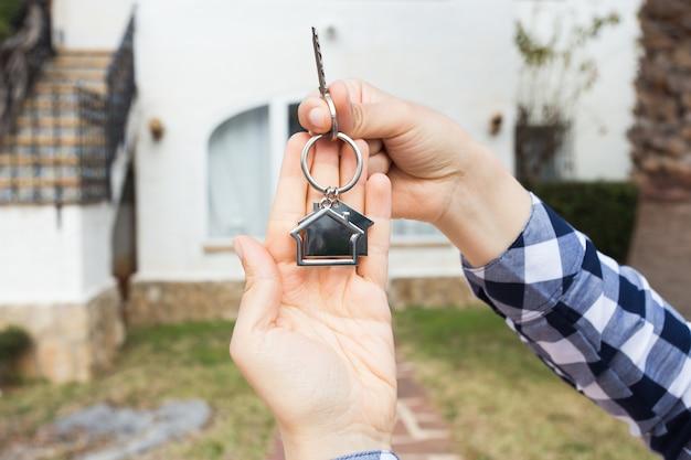 Концепция собственности, собственности и арендатора - ключ в женских руках для нового дома и недвижимости