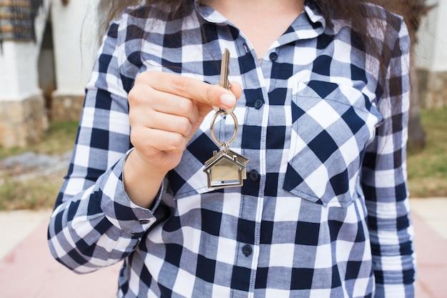 소유권, 재산 및 세입자 개념-새 집 및 부동산에 대한 여성 손의 열쇠