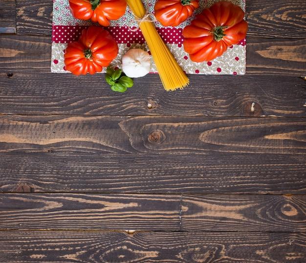 素朴な木材の背景、テキスト用の空き容量に牛ハートトマト。