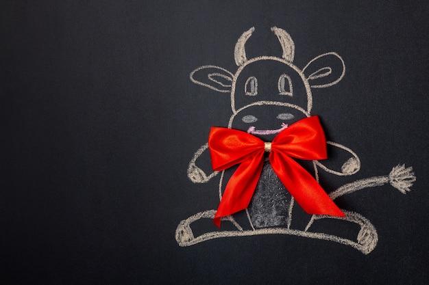 黒板に描かれた弓と牛