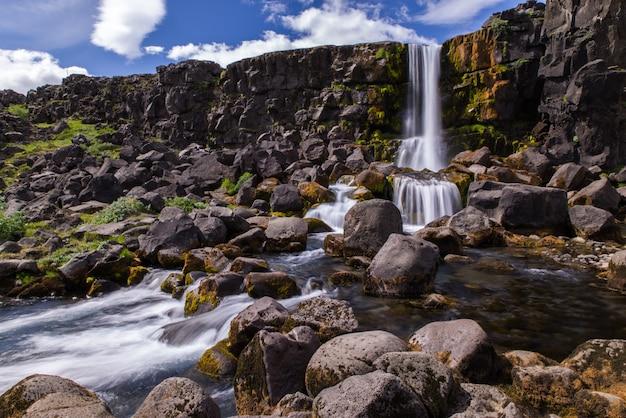여름 동안 아이슬란드의 öxarárfoss 폭포