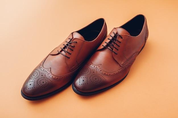 Оксфордские мужские броги. мужская мода. классическая коричневая кожаная обувь.