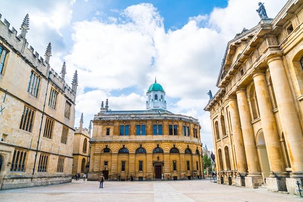 Оксфорд, великобритания - 29 августа 2019 г .; шелдонский театр. театр шелдониан был построен с 1664 по 1669 год для оксфордского университета и использовался для проведения музыкальных концертов, лекций и университетских церемоний.