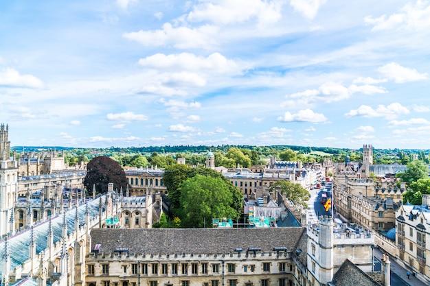 Оксфорд, великобритания - 29 августа 2019 г .: вид под высоким углом на хай-стрит в оксфорде