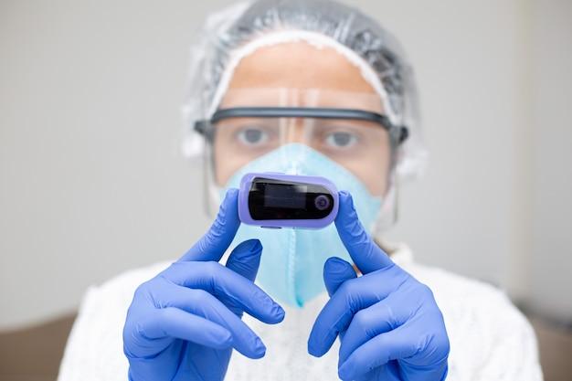 Covid19の飽和と酸素を監視する酸素濃度計