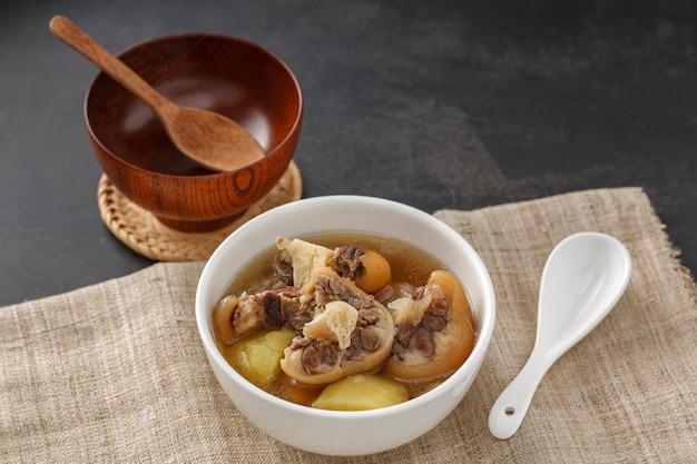 Суп из бычьего хвоста в белой миске