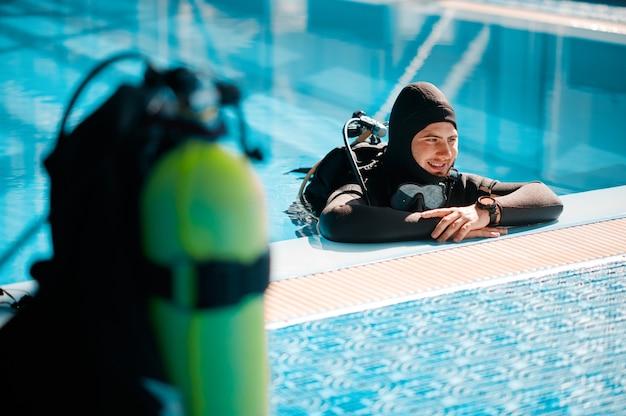 Кислородный баллон у бассейна, акваланг, дайвинг