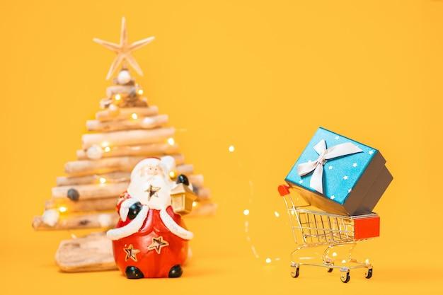 Oy 쇼핑 카트 선물, 산타 클로스의 그림 및 흐리게 공예 나무 크리스마스 트리.