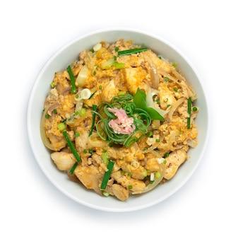 Цыпленок оякодон с луком из яичных источников на рисовом рецепте и маринованным имбирем