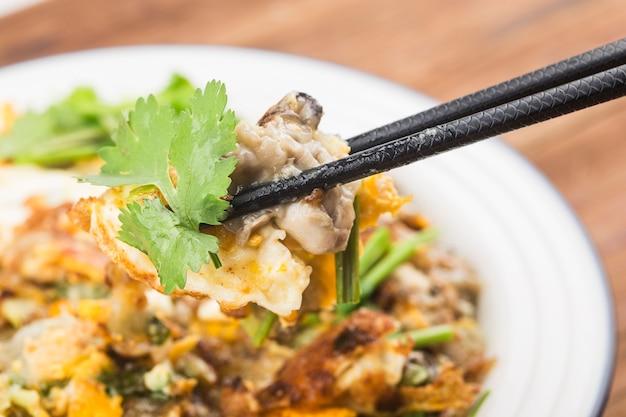 Омлет на тарелке с палочками для еды