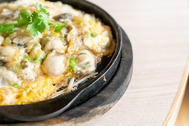 ホットパンにもやしとカキのオムレツ-アジア料理のスタイル