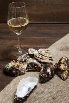 Устрицы и бокал вина на столе