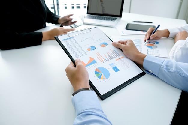 スタートアップのビジネスマンのチームワークは、pを議論するために会議をbrainstroming