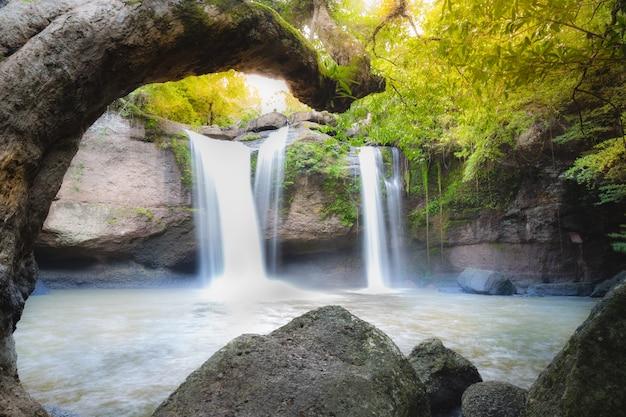 カオヤイ国立pのhaew suwat滝の深い森の素晴らしい美しい滝