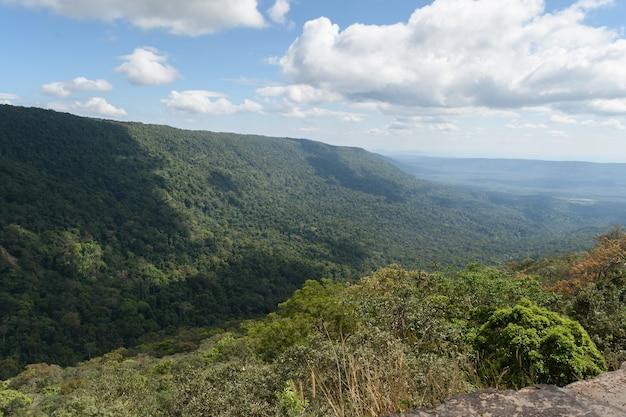タイ、ナコンナーヨック県カオヤイ国立公園のpa deodai断崖。