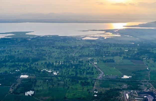 風景の日の出とカオプラヤダーントーンのpa sak jolasidダム