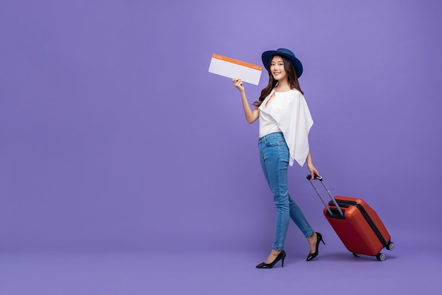 Азиатская туристическая женщина с багажом, показывающая посадку авиакомпании paass