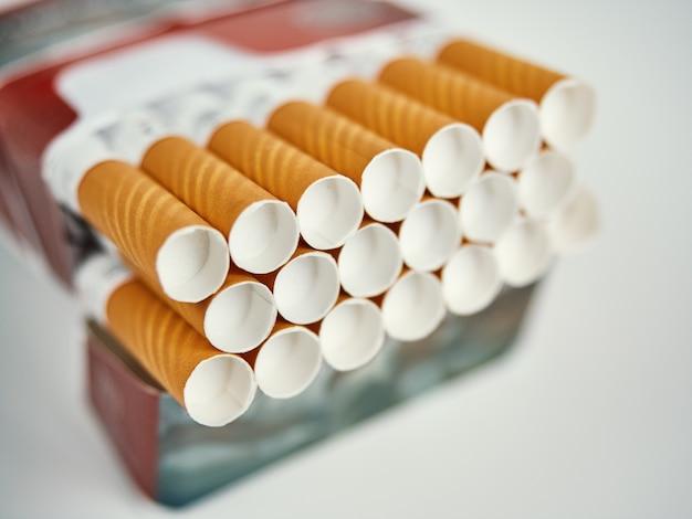 灰色の表面にフィルターされたタバコをいっぱい詰めます