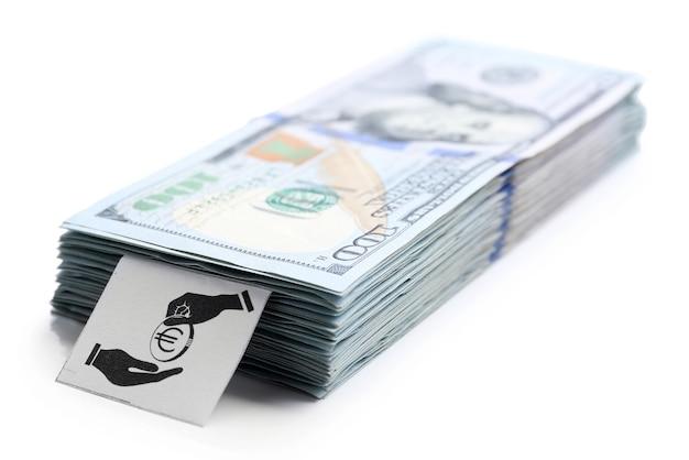 白で隔離される米ドルのパック。節約の概念