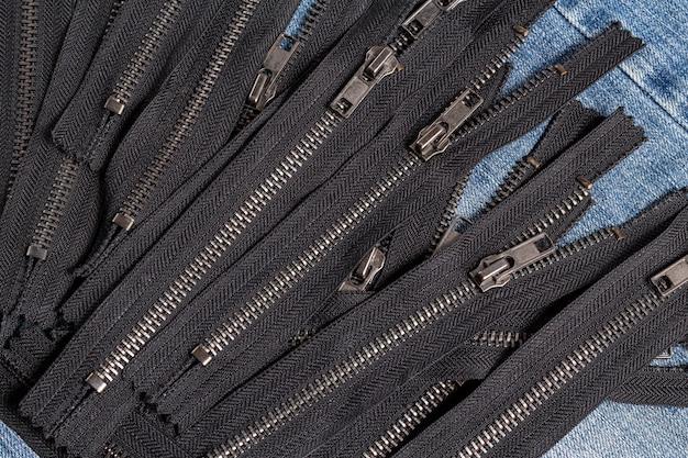 슬라이더가있는 검은 색 금속 지퍼 줄무늬 팩