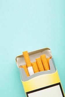 タバコのパックがクローズアップ