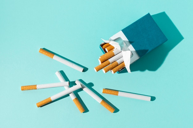 青色の背景にタバコのパック