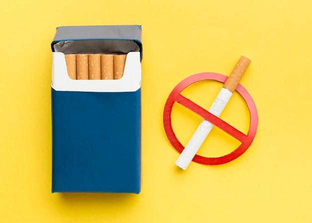 一時停止の標識が付いているタバコのパック