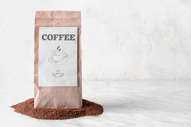 テーブルの上にコーヒーパウダーを詰める