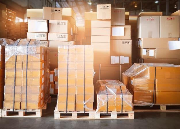 Упаковочные ящики на поддонах на складе складские грузовые ящики транспортная складская логистика