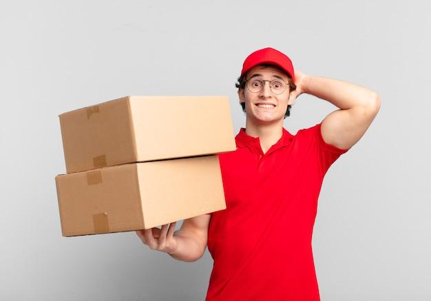 パッケージは、ストレス、心配、不安、または恐怖を感じ、手を頭に置き、誤ってパニックを起こしている少年を届けます