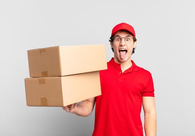 パッケージは、陽気で、のんきな、反抗的な態度、冗談を言ったり、舌を突き出したり、楽しんでいる男の子を届けます