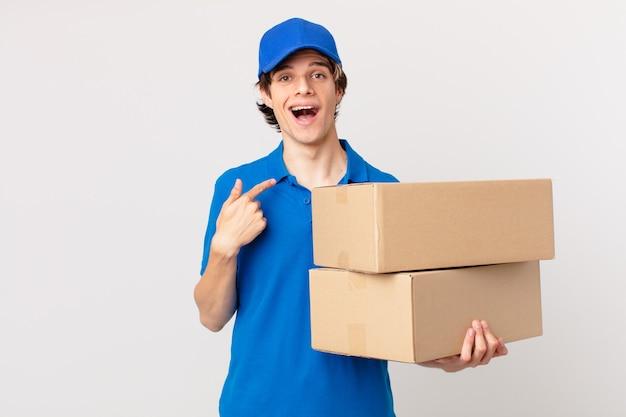 Пакет доставляет мужчину, чувствуя себя счастливым и указывая на себя с возбуждением