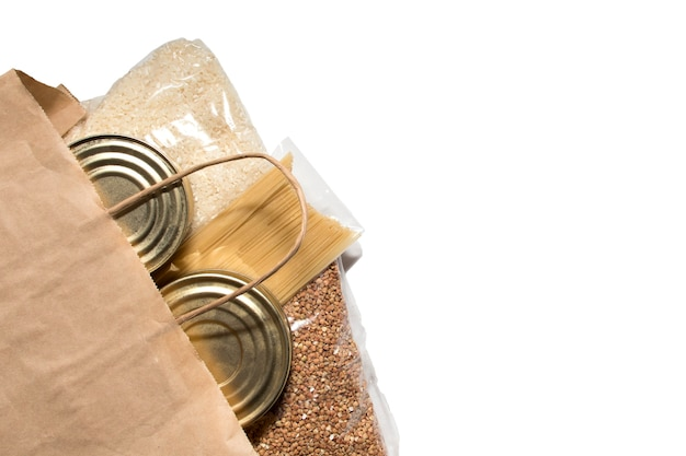 缶詰の肉、パスタ、スパゲッティ、そば、米の食べ物の寄付が入ったパッケージ