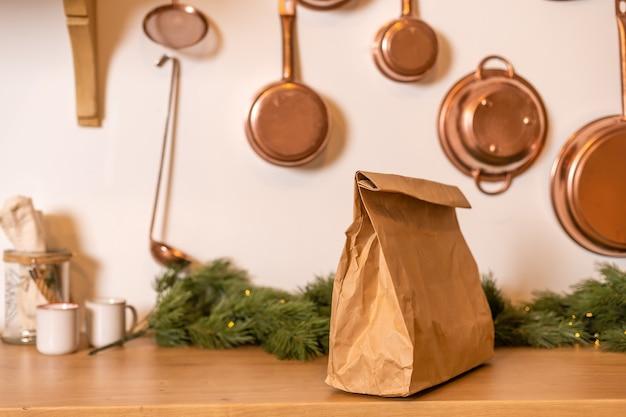 フードデリバリー付きのパッケージはクリスマスのインテリアにあります
