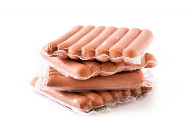 Упакованные колбаски, изолированные на белом