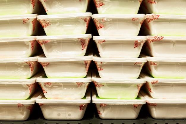 店の棚にある中華麺のパッケージ。モスクワ、ロシア、10-06-2021。